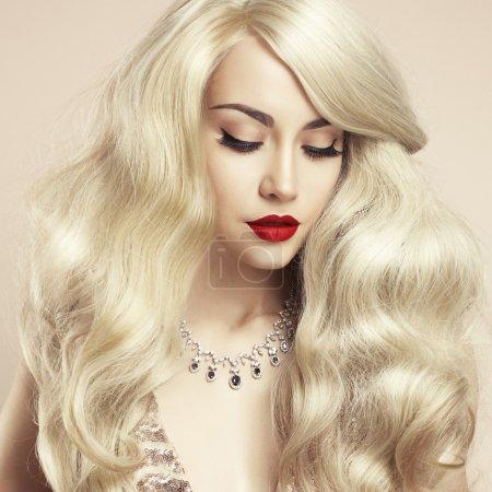 Photo pour Photo studio de mode de belle blonde aux cheveux magnifiques. Maquillage parfait - image libre de droit