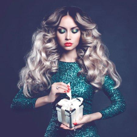 Photo pour Photo de mode de blonde de luxe avec un cadeau - image libre de droit