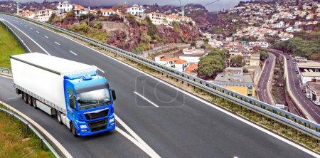 Photo pour Le tronçon de l'autoroute avec un camion cargo - image libre de droit