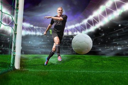 Photo pour Joueur beau de football ou de football sur le terrain avec la bille blanche - image libre de droit