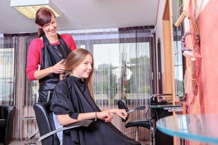 Photo pour Jeune fille dans la boutique de coiffeurs - image libre de droit