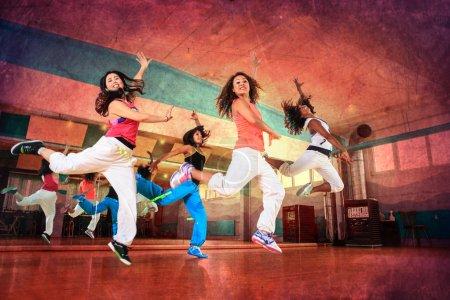 Photo pour Groupe de femmes en tenue de sport lors d'exercices de danse fitness ou d'aérobic - image libre de droit