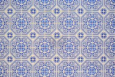 Photo pour Surface texturée de la vieille et les carreaux de céramique fissurés du Portugal - image libre de droit