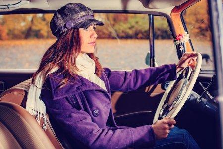 Photo pour Une jeune femme devant la voiture classique de l'après-guerre - image libre de droit