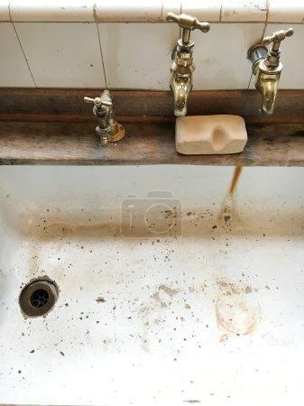 Photo pour Un ancien évier de cuisine façonné avec robinets métalliques - image libre de droit