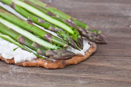 Photo pour Bases de la pizza à la ricotta et asperges prêt pour la cuisson - image libre de droit