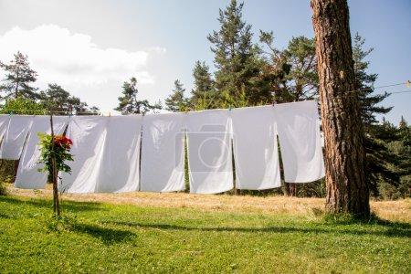 Photo pour Serviettes fraîches blancs propre, sécher le linge en plein air - image libre de droit