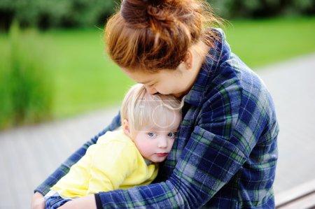 Photo pour Jeune femme asiatique avec garçon mignon bébé caucasien. Concept de garde d'enfants - image libre de droit
