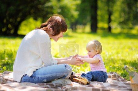 Photo pour Belle jeune femme et son adorable petit garçon s'amuser en plein air - image libre de droit