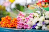 Řezané květiny prodávané na venkovní květinářství