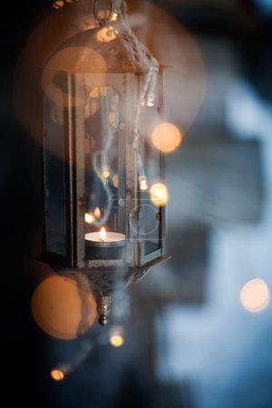 Photo pour Lanterne et led lumières de Noël suspendues - image libre de droit