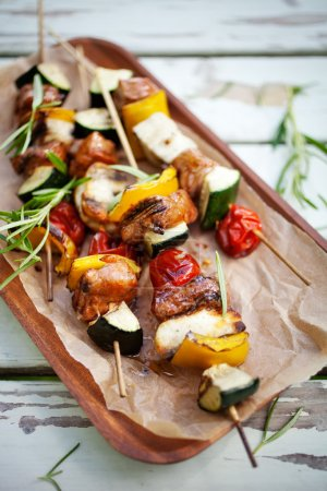 Skewers with halloumi, meat