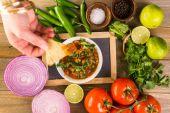 Bílý mísa s přísadami pro salsa
