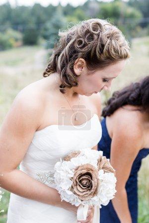 tenant le bouquet de mariée de la mariée