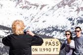 Lidé se fotit v Loveland pass