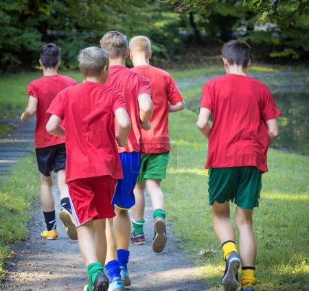 corredores masculinos jóvenes