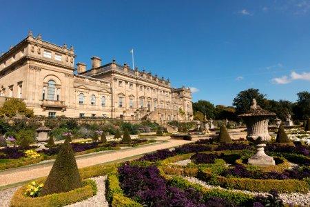 Photo pour LEEDS, Royaume-Uni - 30 SEPTEMBRE 2015 : Maison historique de Harewood et jardins près de Leeds dans le Yorkshire. La maison conçue par les architectes John Carr et Robert Adam, il a été construit entre 1759 et 1771 . - image libre de droit