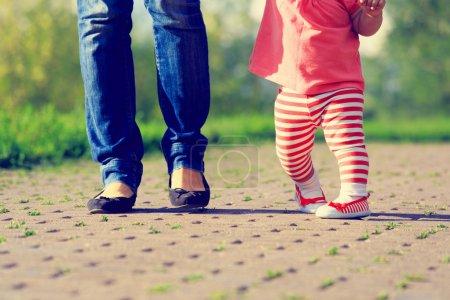 Photo pour Mère, petite fille se promener dans le parc d'été d'enseignement - image libre de droit