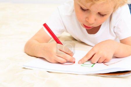 Photo pour Petit garçon apprenant à écrire des lettres, éducation préscolaire - image libre de droit