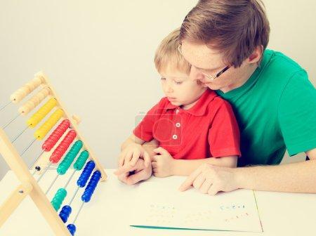 Photo pour Père et fils jouant avec abaque, éducation préscolaire - image libre de droit