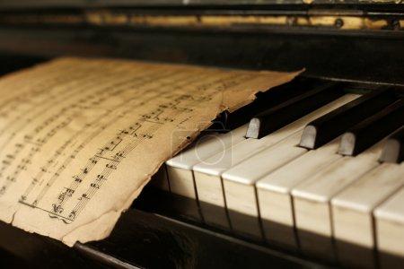 Foto de El teclado de las notas de piano y viejos - Imagen libre de derechos
