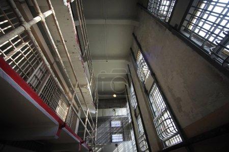 """Photo pour Vue intérieure de l """"édifice de la prison d'Alcatraz - image libre de droit"""