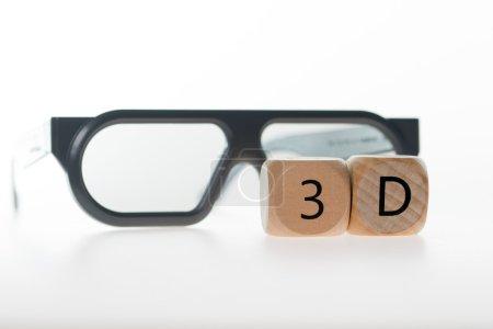 Photo pour Lunettes 3D et un cube en bois avec 3d - image libre de droit