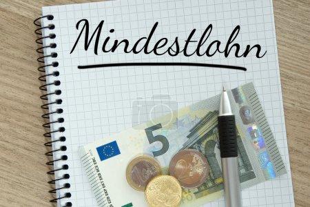 Foto de Escribir una almohadilla con dinero y la palabra alemana salario mínimo. - Imagen libre de derechos