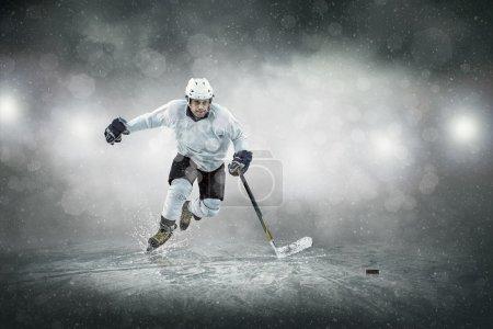 Photo pour Joueur de hockey sur glace sur la glace, à l'extérieur - image libre de droit