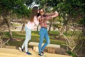 Dvě mladé dívky v parku