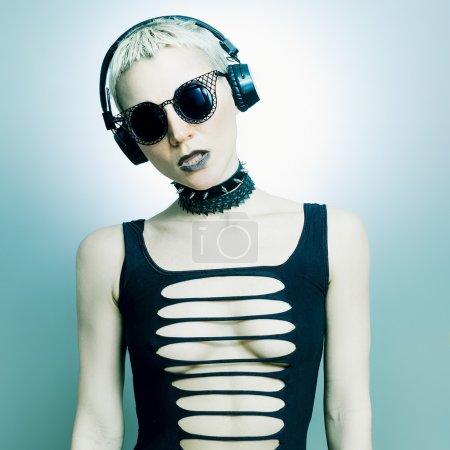 Photo pour Style Hardcore DJ Party. Blonde sexy. - image libre de droit
