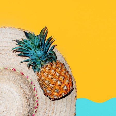 Foto de Tiempo en la playa. Accesorios de estilo tropical. Sombrero y piña fresca. - Imagen libre de derechos