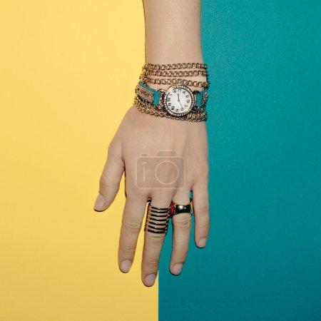 Foto de Señora de joyería de moda. Pulseras y relojes. Accesorios de verano brillante - Imagen libre de derechos