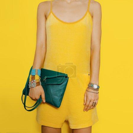 Photo pour Bright Summer. Des couleurs vives. Accessoires de mode vêtements jaunes et verts Lady . - image libre de droit