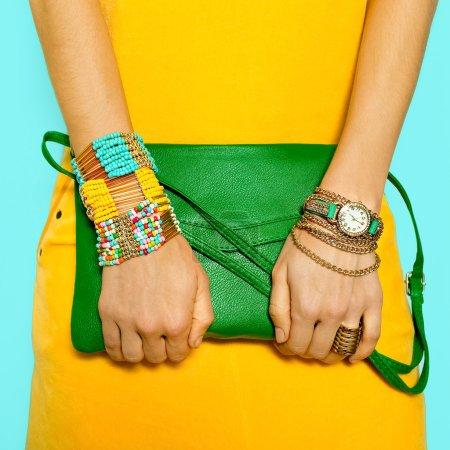 Photo pour Accessoires élégants. Sac et bijoux. Couleurs estivales lumineuses . - image libre de droit