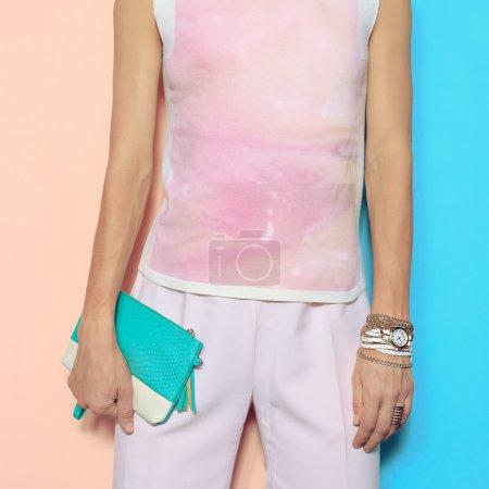 trendiger Sommerstil. Vanillefarbe. rosa Kleidung und Mode nach
