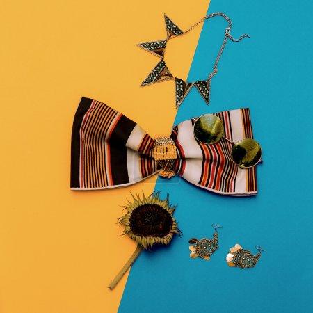 Photo pour Accessoires de mode d'été, bijoux fantaisie et haut rayé. Style de pays . - image libre de droit