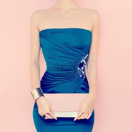 Photo pour Portrait de femme sensuelle en robe de soirée - image libre de droit