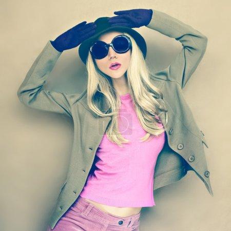 Photo pour Dame élégante en chapeau à la mode - image libre de droit