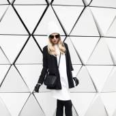 """Постер, картина, фотообои """"Гламурная блондинка стоя на стене. Городская Мода черный и w"""""""