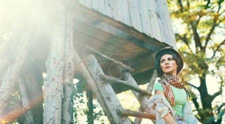 Mode-Porträtmodell im herbstlichen Wald. Zugang im Landhausstil