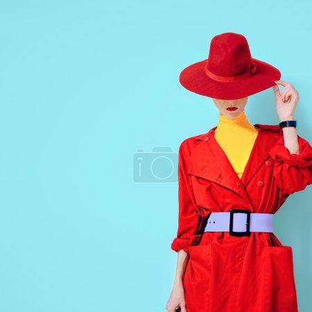 Photo pour Belle dame vintage style à la mode dans un manteau rouge et chapeau - image libre de droit