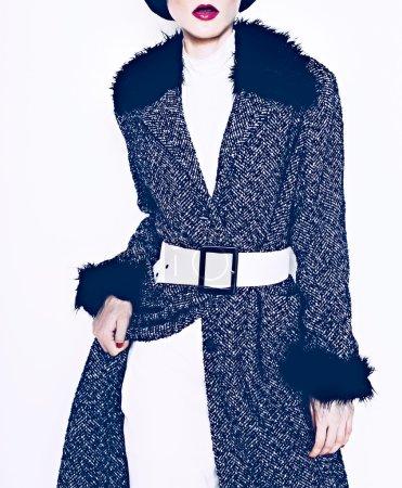 Photo pour Modèle brune dans un manteau à la mode sur fond blanc - image libre de droit