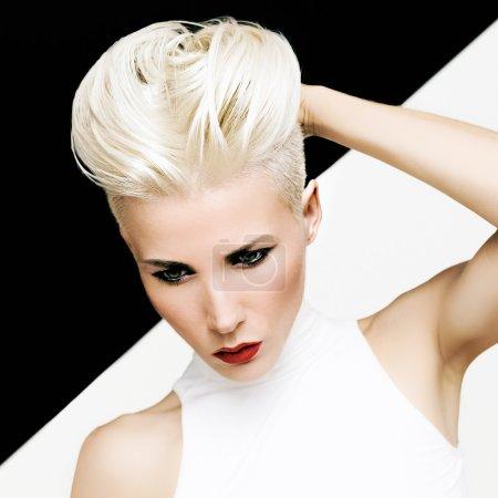 Photo pour Fille blonde portrait sensuel avec une coiffure à la mode - image libre de droit