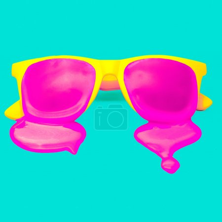 Lunettes de soleil exclusives jaune hipster sur fond bleu. dégoulinant