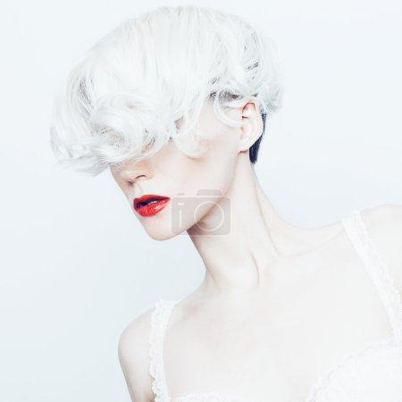 Foto de Retrato de una dama rubia sensual con estilo corte de pelo de moda - Imagen libre de derechos