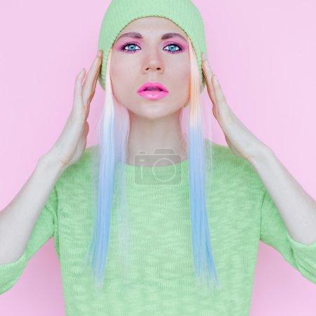 Photo pour Style fille vanille. Poils et maquillage à la mode - image libre de droit
