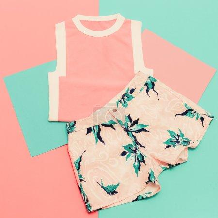Photo pour Dame prête. Style d'été vanille. T-shirt et short tendance . - image libre de droit