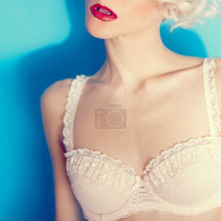Photo pour Sensuelle blonde sexy en lingerie de dentelle - image libre de droit