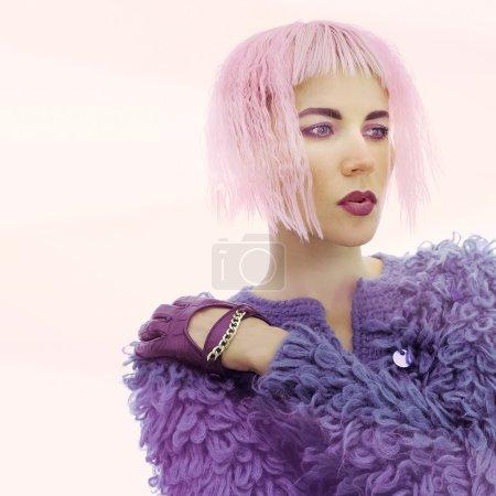 Photo pour Modèle sensuel dans le manteau à la mode. Style glamour - image libre de droit